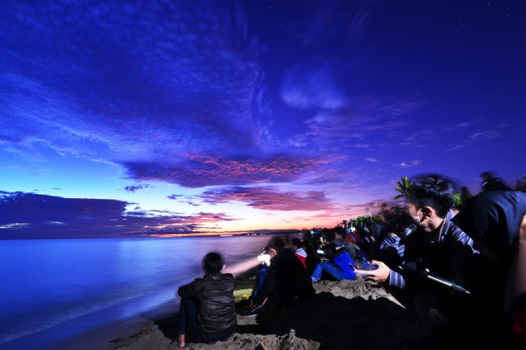 Masyarakat Bangka antusias menanti fenomena gerhana matahari total untuk mengabadikannya. Foto: Dok. MakhfudSappe