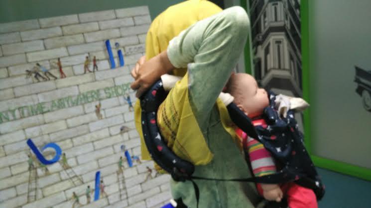 Gendongan bayi ini memiliki strap di bahu dan pinggang sehingga beban bayi mampu ditopang seluruh badan ibunda. Foto: Dok. pri