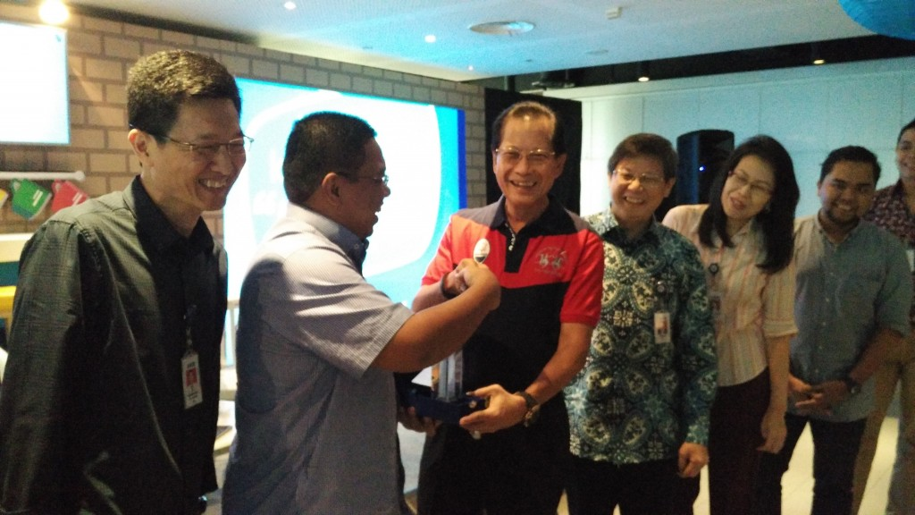 Presiden Direktur BCA Jahja Setiaatmadja menyerahkan kenang-kenangan kepada narasumber di acara Kafe BCA di Menara BCA, Jakarta, Rabu (1/6). Foto: Dok pri.
