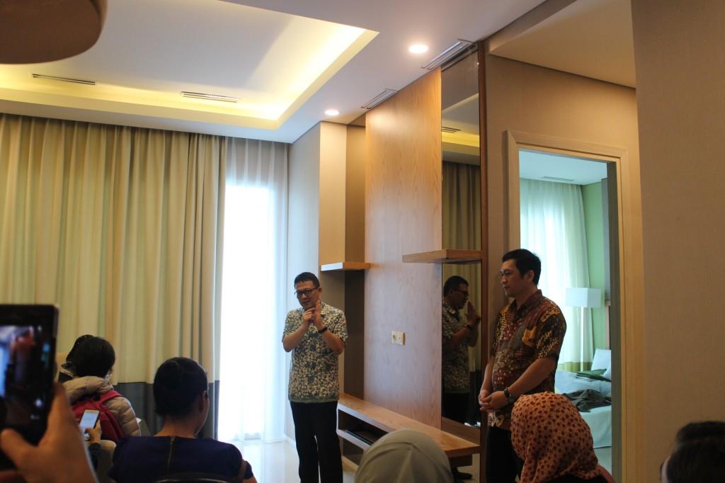 Berbincang dengan Pak Budi dan Andi tentang investasi properti. Foto: Dok pri.