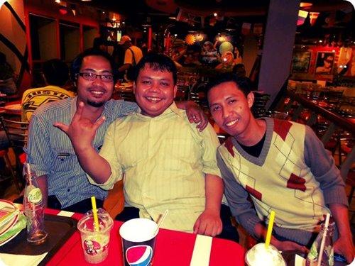 Makan bersama dengan teman pada Juni 2012. Foto: Dokumen Didik Purwanto