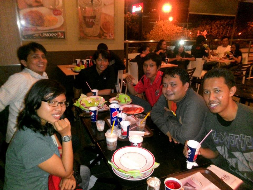 Makan bersama saat perayaan ulang tahunku pada 7 April 2013 di KFC Salemba, Jakarta Pusat. Foto: dokumen Didik Purwanto