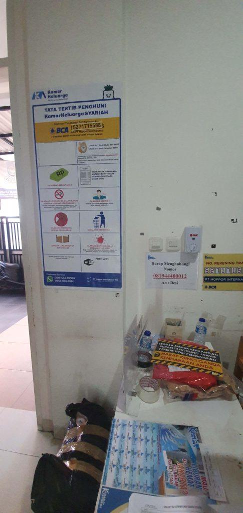 Tata tertib bagi tamu di depan meja registrasi Kamar Keluarga Kebon Kacang 16. Foto: Didik Purwanto