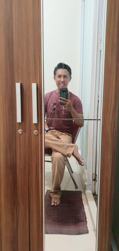 selfie di depan lemari Kamar Keluarga Kebon Kacang 16. Foto: Didik Purwanto