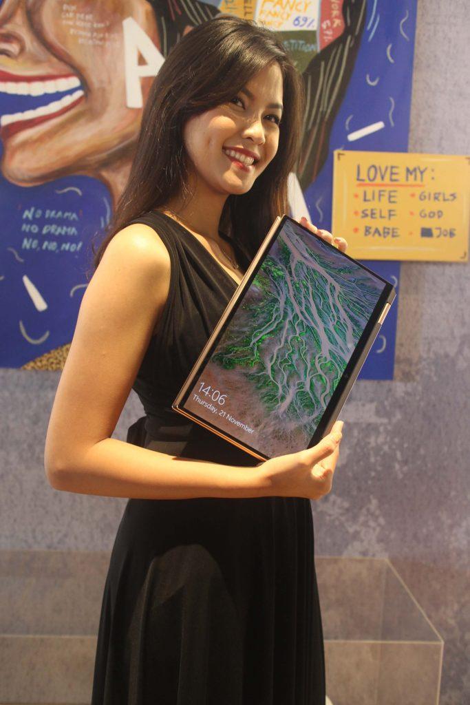 Model menunjukkan HP Spectre x360 di Hotel Alila SCBD Jakarta, Kamis (21/11). Foto: Didik Purwanto