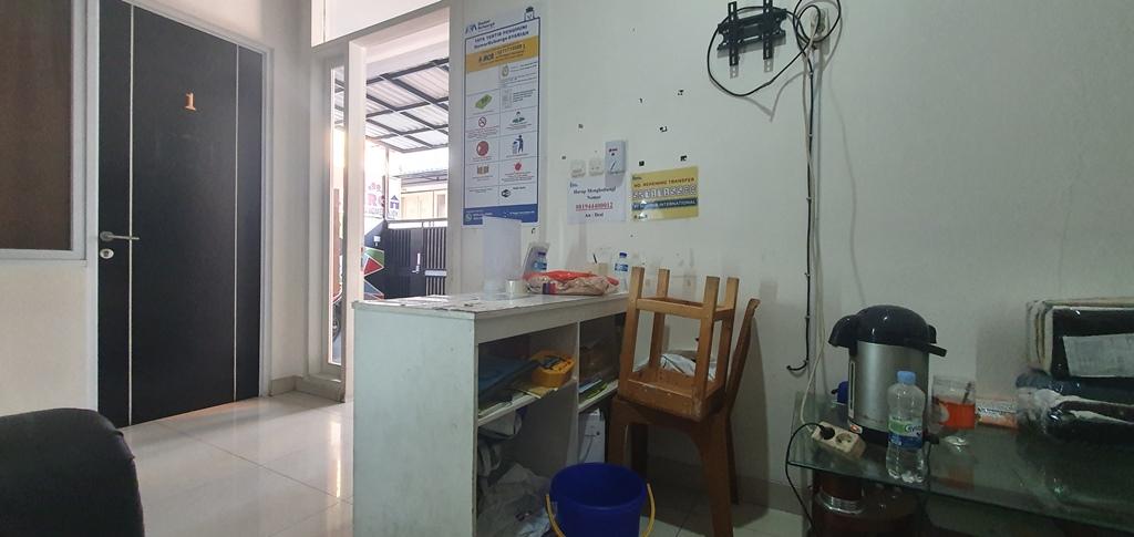Meja registrasi yang langsung berhadapan dengan kamar tamu nomor 1. Foto: Didik Purwanto